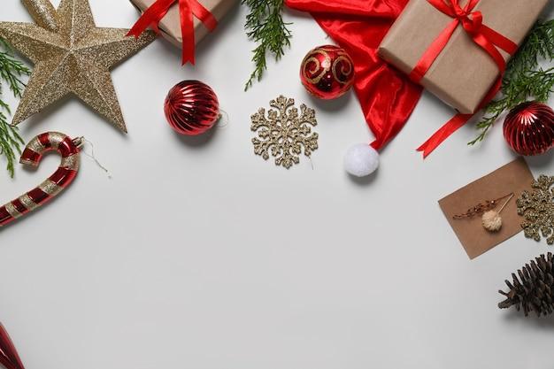 흰색 바탕에 선물 상자, 크리스마스 장식품, 전나무 나뭇가지. 크리스마스와 새 해 개념입니다.
