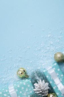 새해와 크리스마스를 위한 선물 상자에는 눈과 장식, 복사 공간이 있습니다. 크리스마스 겨울 배경