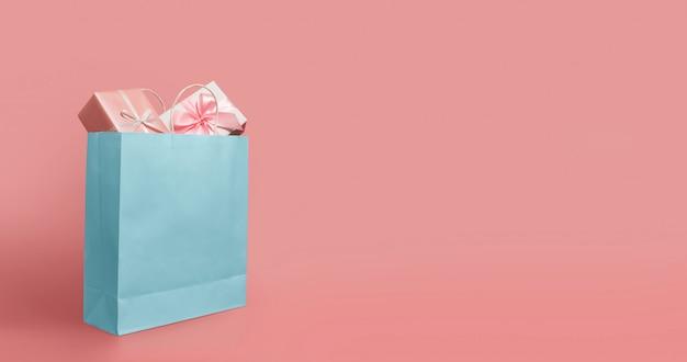 Подарочные коробки в голубой бумажной сумке.
