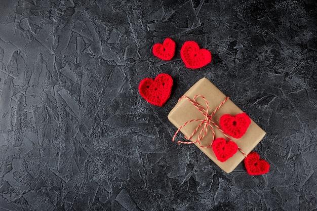 크래프트 종이와 장식용 뜨개질 하트 선물 상자. 발렌타인 데이 플랫 누워. 평면도.