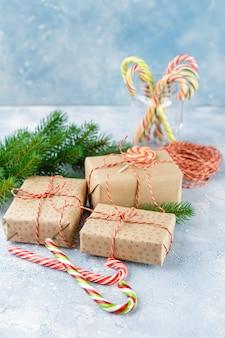 クラフト紙、キャンディケイン、クリスマスツリーの枝のギフトボックス