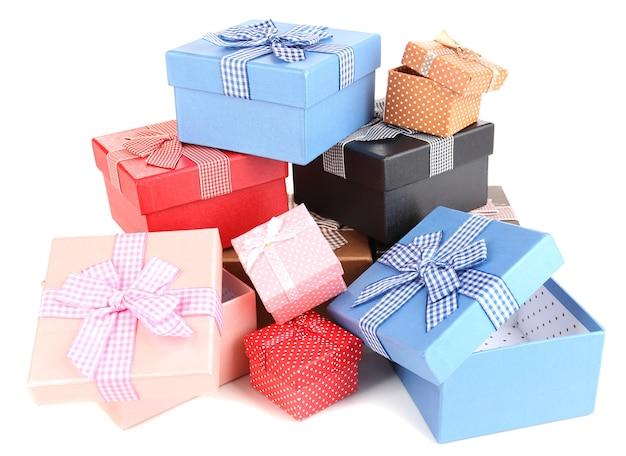 Подарочные коробки, изолированные на белом фоне