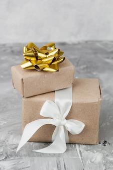 Подарочные коробки на сером фоне