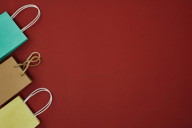 Подарочные коробки на красном фоне рождества и