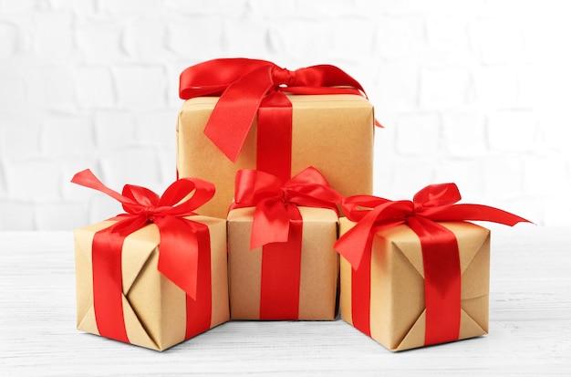 Подарочные коробки на кирпичной стене