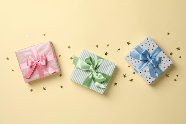 색상 배경, 평면도 및 텍스트위한 공간에 선물 상자