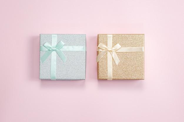 Подарочные коробки на розовом фоне. концепция праздничной распродажи. фон дня святого валентина