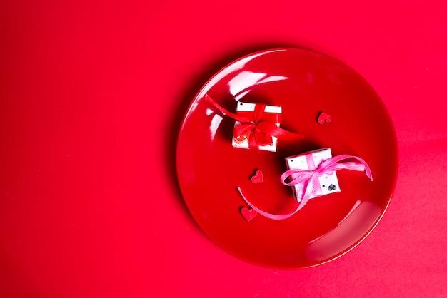 Подарочные коробки на красной пластине.