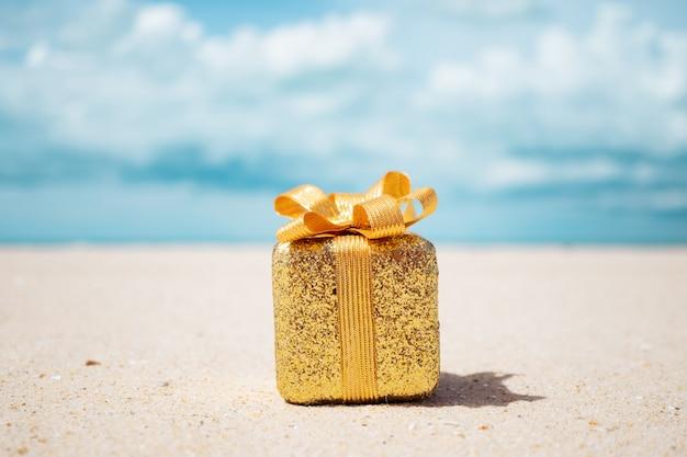 Подарочные коробки на песчаном пляже. горячие туры или отпуск концепции с летом море.