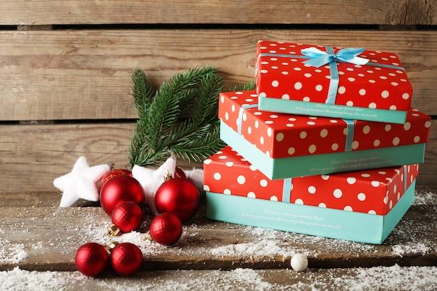 나무 배경에 선물 상자