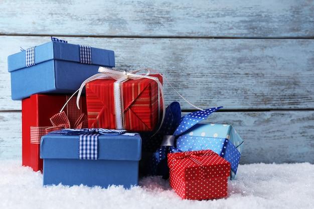 Подарочные коробки на деревянных фоне