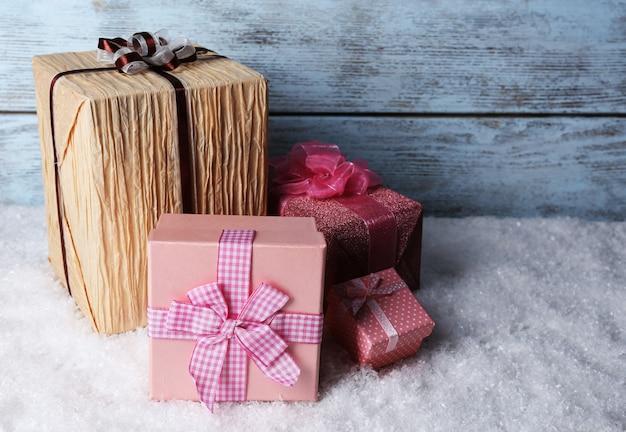 나무 테이블에 선물 상자