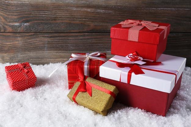 Подарочные коробки на деревянном столе