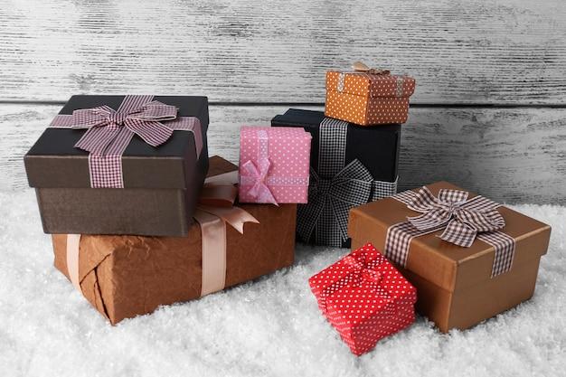 나무 벽에 선물 상자