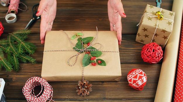 선물 상자, 리본 활, 휴지 및 가위. 크리스마스 준비하기