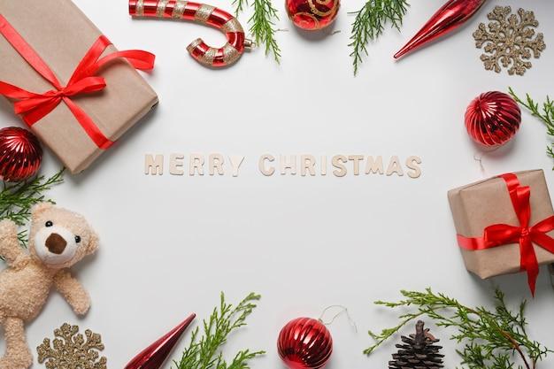 선물 상자, 테디 베어, 소나무 가지, 파란색 배경에 크리스마스 장식품.