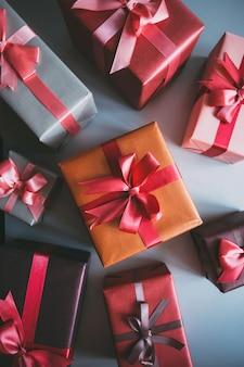 Подарочные коробки, винтажный фильтрованный вид сверху.