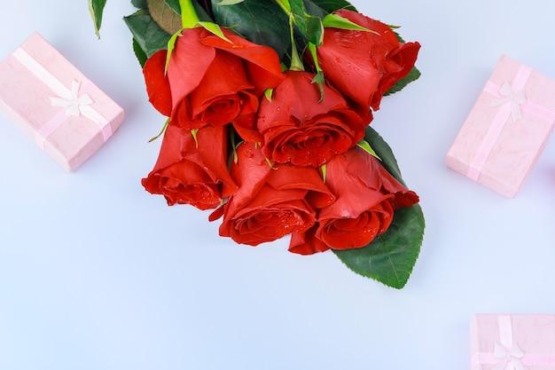 と美しい赤いバラのギフトボックス。バレンタインデーのコンセプト。