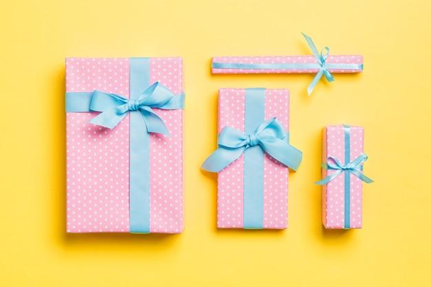 노란색 바탕에 파란색 리본으로 선물 상자입니다.