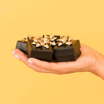 Scatole regalo con nastro dorato per venerdì nero