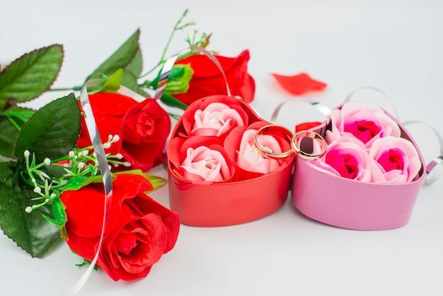 花と赤いバラのハート型のギフトボックス
