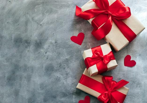 Подарочные коробки с красной лентой и сердечками