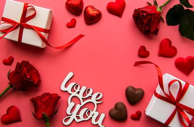 バレンタインデーのための赤いリボンと赤いバラのギフトボックス