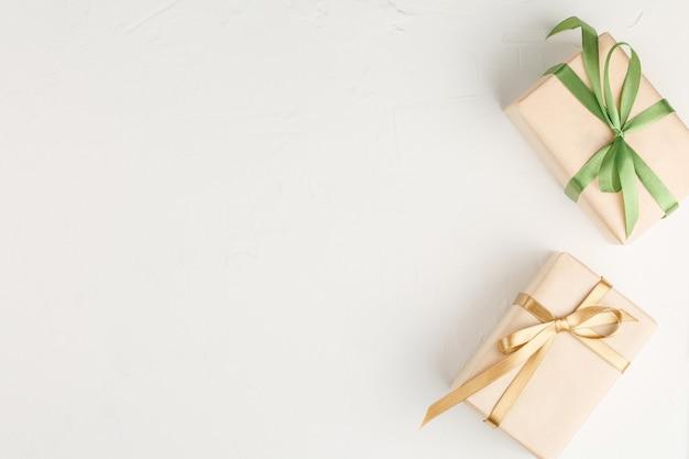 흰 벽 평면도에 리본 선물 상자. 판매 일 할인 선물. 복사 공간 플랫 누워. 휴일 개념.