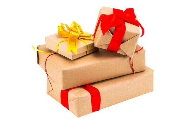 흰색 배경에 고립 된 리본 세트와 함께 선물 상자입니다. 선물, 놀라움의 큰 더미입니다. 크리스마스, 생일, 휴일 개념입니다.