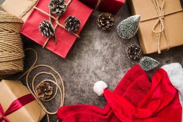 Подарочные коробки с шапкой и носками из санта-клауса