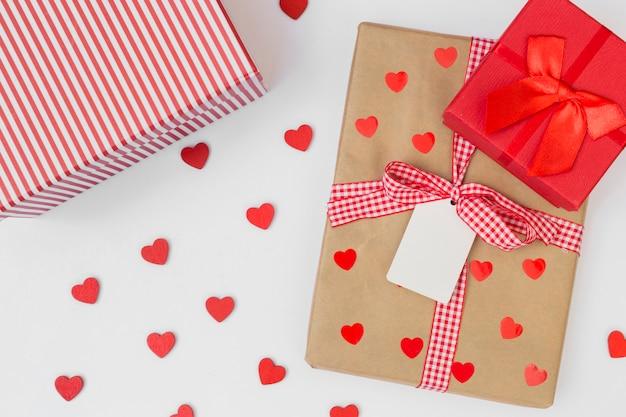 Подарочные коробки с маленькими сердечками на светлом столе