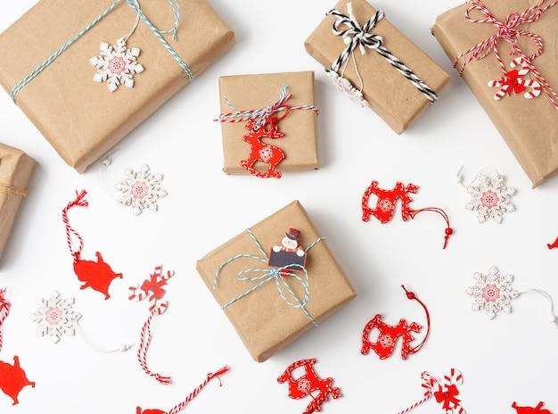 선물 상자는 갈색 종이에 싸서 흰색 배경, 평면도에 황금 리본으로 묶여