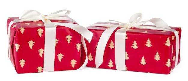 Подарочные коробки, завернутые в крафт-бумагу, изолированные на белом фоне