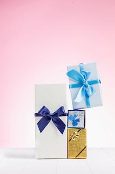 Scatole regalo avvolte in carta riciclata con nastri e fiocchi