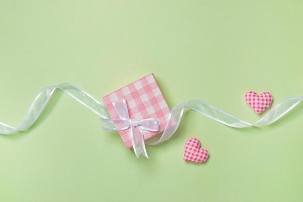 색 배경에 편지와 마음으로 발렌타인 데이 선물 카드
