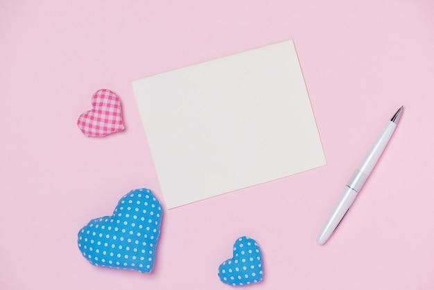 色の背景にペンとハートのバレンタインデーのギフトカード
