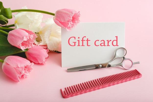 Подарочная карта в букет цветов на розовом фоне от салона красоты жене, матери, дочери, бабушке. подарочная карта настоящий купон для женщины. подарочный сертификат на день матери, с днем рождения, юбилейный.