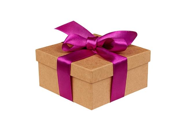 Картонная коробка подарка с бантом на изолированной белой предпосылке. вид сбоку