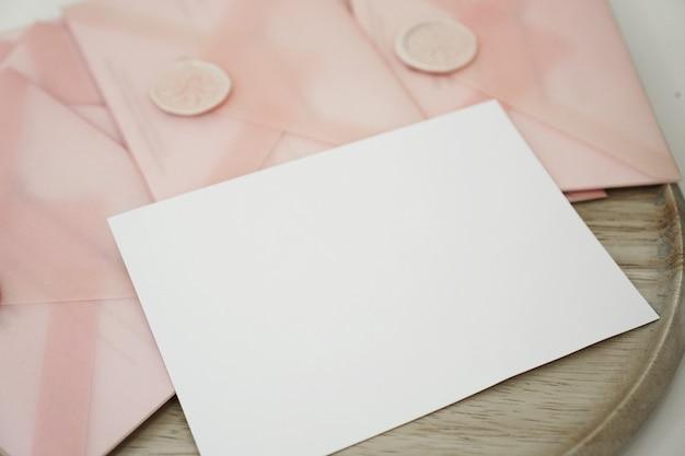 분홍색 봉투에 담긴 상품권. 청첩장 또는 발렌타인 데이 카드 - mocap - 텍스트를 위한 장소