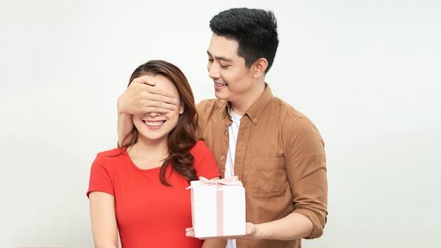 Подарочная пара держит настоящее закрытие кому-то глаза