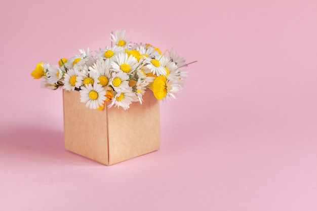 ピンクにデイジーの花が付いたギフトクラフトボックス