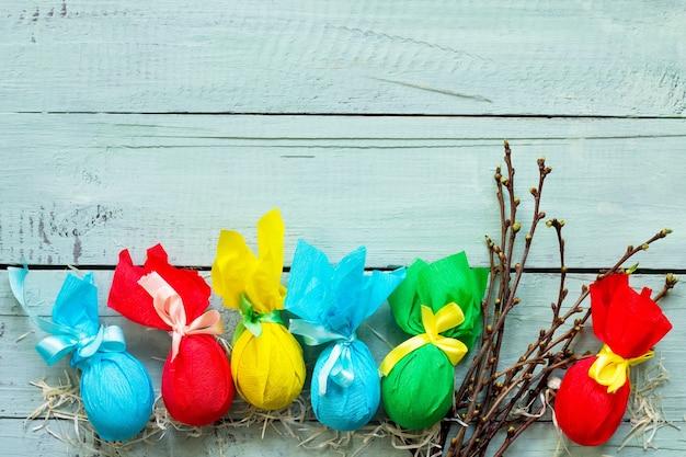 선물 장식 부활절 달걀 수제 나무 테이블에 리본으로 묶여
