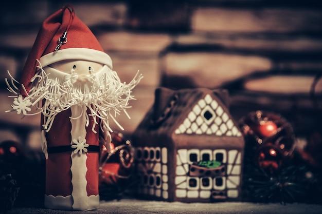 クリスマスプレゼント、ジンジャーブレッドハウス、おもちゃのサンタクロース。