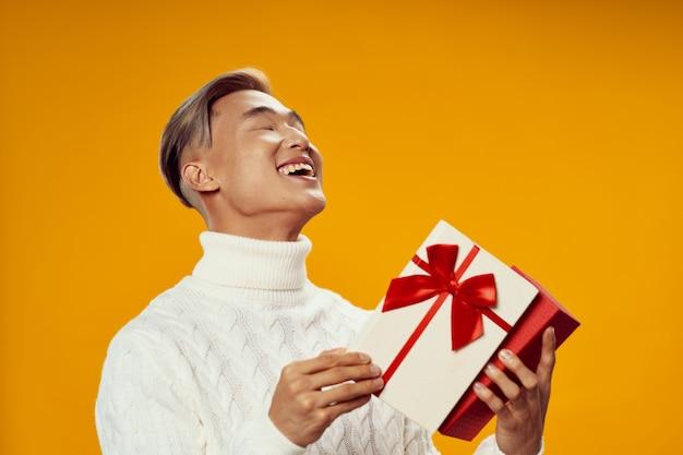 Подарок на рождество мужчине в белом свитере радость праздник образ жизни весело желтый