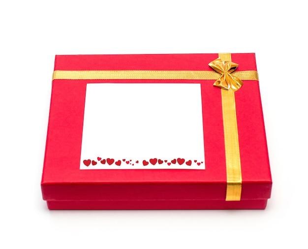 Подарок на 14 февраля. красная подарочная коробка на белом.