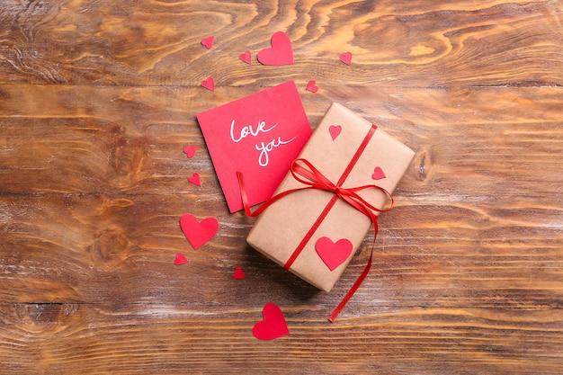 バレンタインデーのギフト、カード、木製の赤いハート