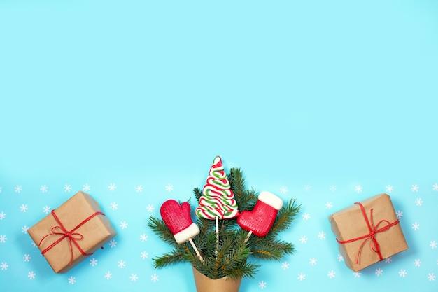 Подарочная зеленая ель в крафтовом бумажном пакете с рождественскими конфетами и подарочными коробками