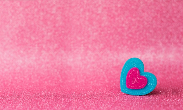 발렌타인 데이를위한 bokeh와 반짝이 분홍색 배경에 장미와 선물 하트