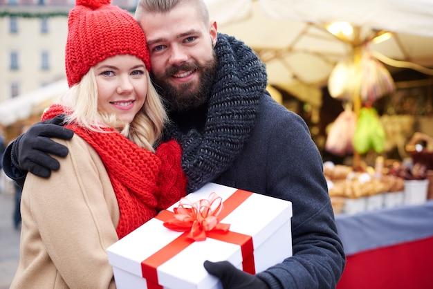 커플이 들고있는 선물