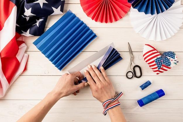 ギフトのアイデア、装飾 7 月 4 日、米国独立記念日。ステップ バイ ステップのチュートリアル diy クラフト。カラフルな紙のファンを作る、ステップ 3 - 残りの紙を折ります。フラットレイ トップ ビュー